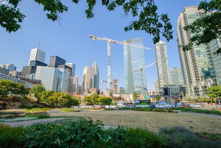 Торонто. Строящиеся многоквартирные небоскребы и офисные здания. Вид от Convention Center.