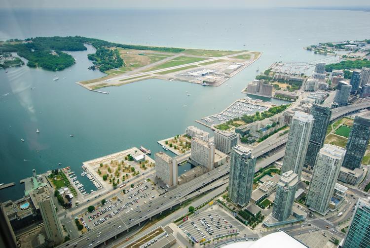 Торонто. Вид c CN Tower на озеро Онтарио и расположенный на Toronto Islands аэропорт местного назначения.