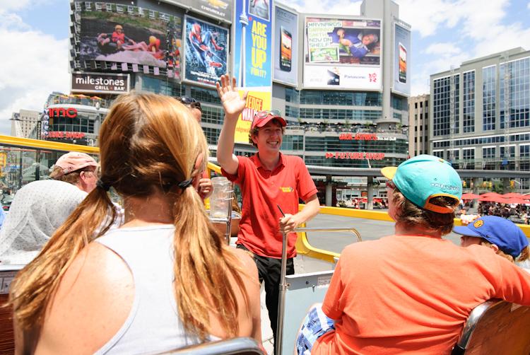 Торонто. Веселый экскурсовод City bus прощается с нами.