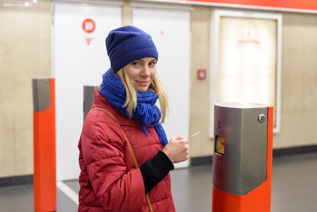 Турникетов в метро нет, как в трамвае нужно прокампостировать билет