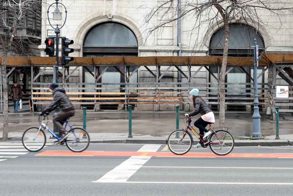 Велосипедисты на проспекте Андраши