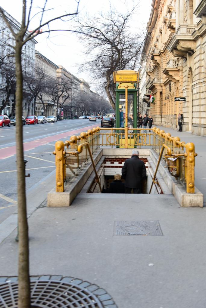 Вход на станцию жёлтой ветки метро