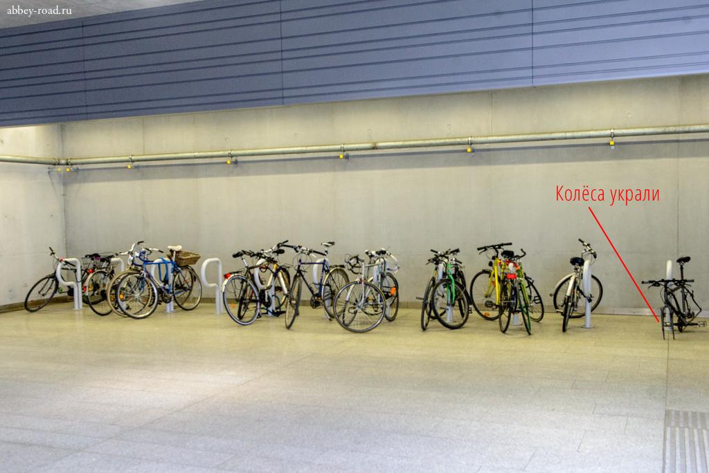 Крытая велопарковка у входа в метро